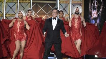 Stephen Colbert en el número musical de los Emmy