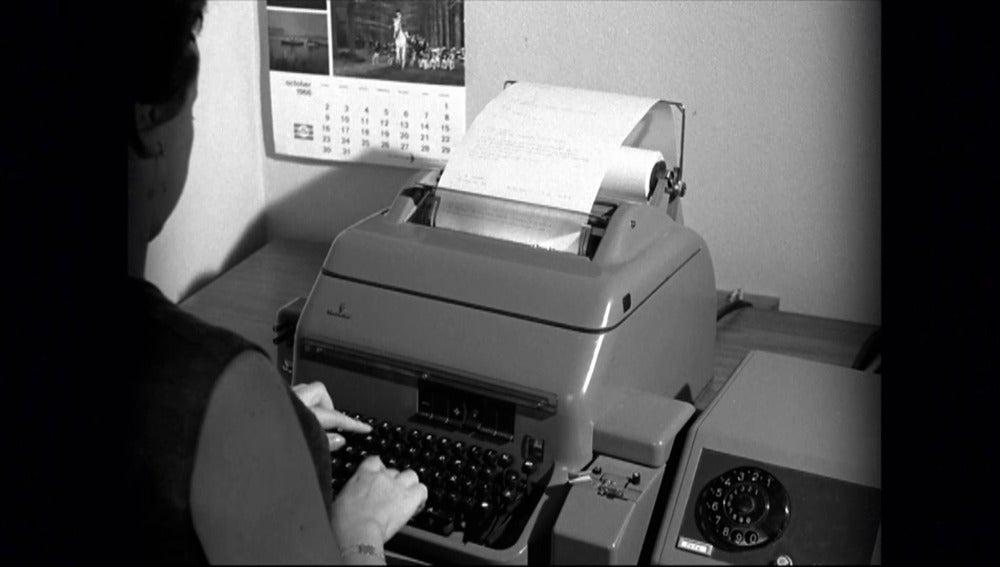 Hablamos de la antecesora de los procesadores de texto de nuestros ordenadores portátiles: la máquina de escribir. Los que la usaban para trabajar tenían que ser rápidos y escribir sin errores. Conoce al mecanógrafo español que consiguió ser campeón  por tres veces consecutivo.