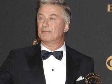 El actor estadouniense Alec Baldwin posa con el galardón