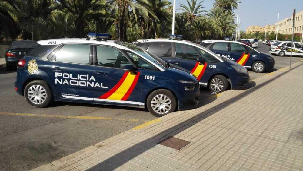 Coches de la Policía Nacional estacionados junto a la Comisaría de Elche.