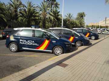 Coches de la Policía Nacional estacionados junto a la Comisaría de Elche