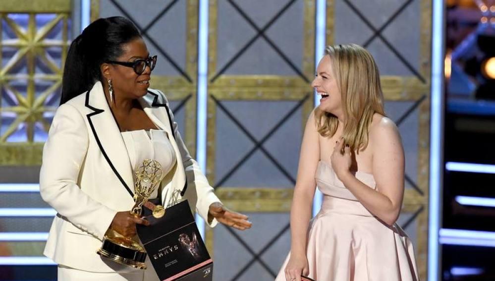 Elisabeth Moss con Oprah Winfrey tras anunciarse el Emmy para 'The Handmaid's Tale'