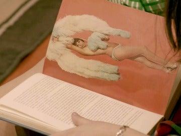 """Malva y Aitana descubren 'El libro de la vida sexual': """"Hemos encontrado un libro muy hot"""""""