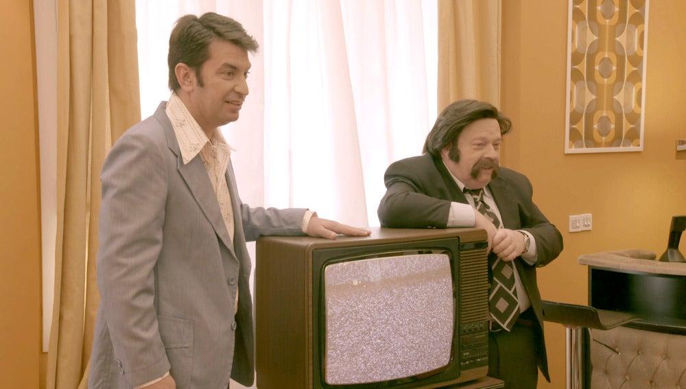 José María Íñigo hace entrega de la primera televisión a color