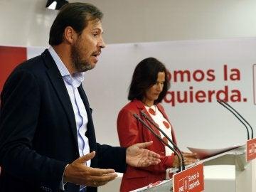 El portavoz del PSOE, Óscar Puente, durante la rueda de prensa que ha ofrecido junto a la secretaria de Educación del PSOE, Mariluz Martínez Seijo