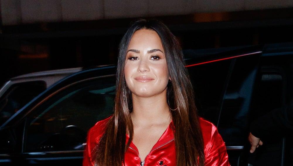 Demi Lovato triunfa como la mujer de rojo