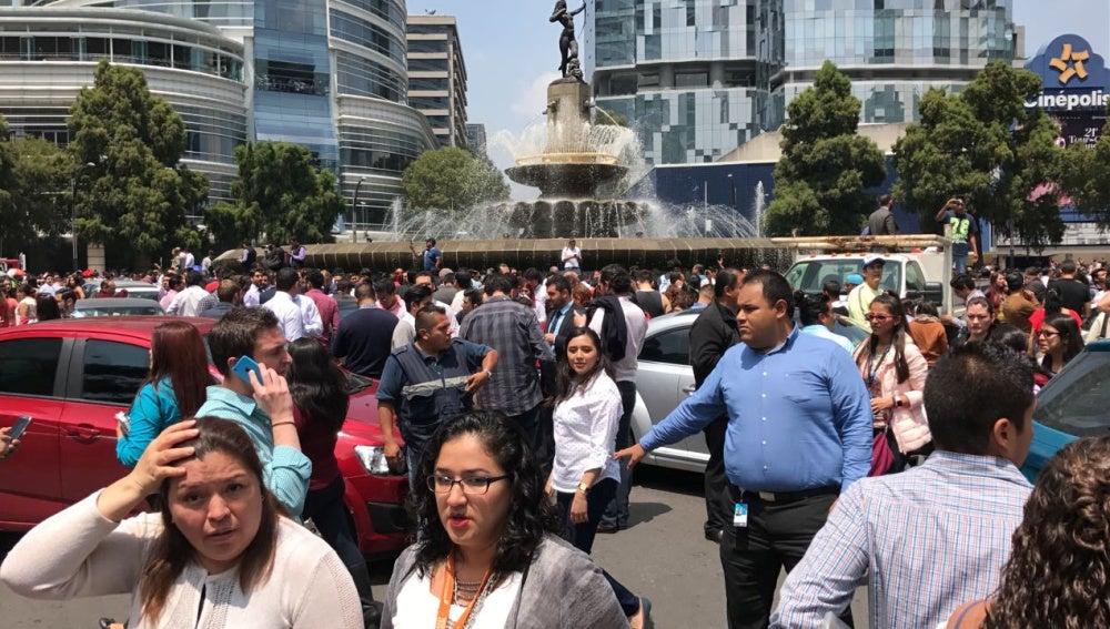 La gente se echa a la calle en México por el sismo