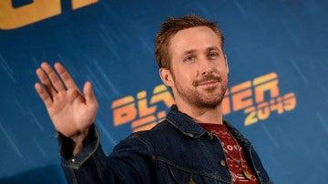Ryan Gosling saluda a los medios