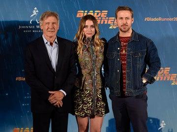 Ana de Armas junto a Harrison Ford y Ryan Gosling