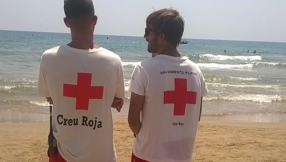 Dos socorristas en una playa