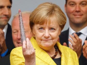 La canciller alemana, Angela Merkel, candidata del Partido de la Unión Demócrata Cristiana (CDU) para las próximas elecciones generales, tiene una hortaliza durante una manifestación en Friburgo, Alemania