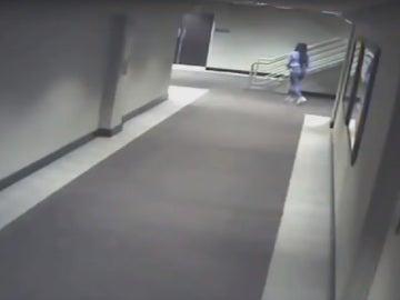 Uno de los momentos captados por las cámaras de seguridad del hotel