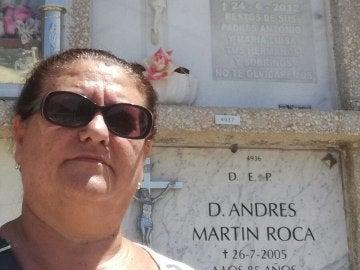 Cementerio Parcemasa San Gabriel de Málaga, en la que aparece ella misma delante del nicho