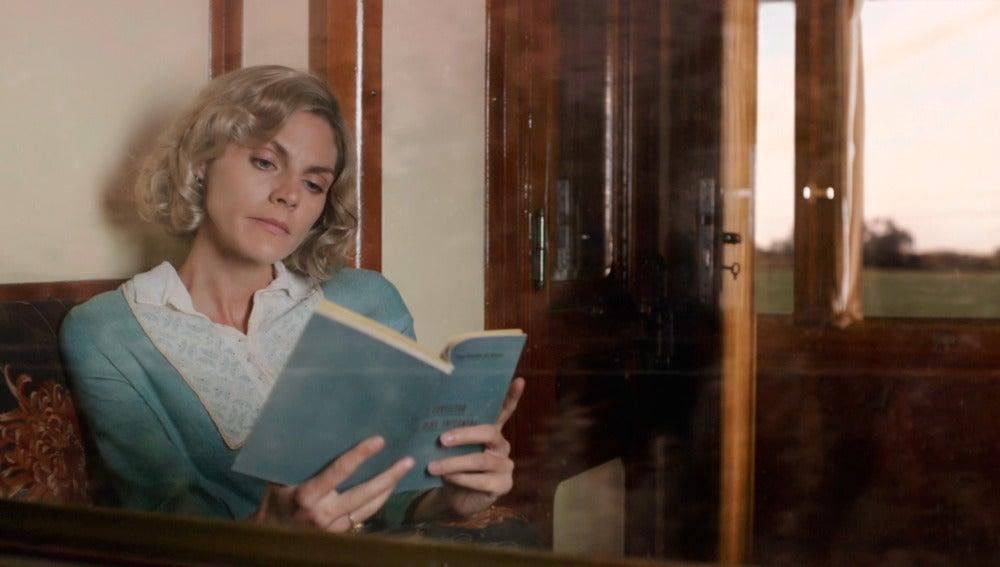 Carmen Angoloti acepta a Julia y le obliga a estudiar el Consultor de la Dama Enfermera