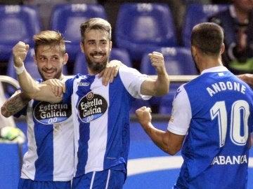 Los jugadores del Deportivo celebran el gol de Luisinho ante el Alavés