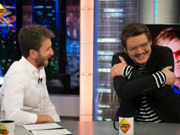 El 'pegajoso' y emotivo abrazo entre Elton John y Pedro Pascal