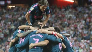 El Atlético de Madrid celebra en grupo un gol en San Mamés