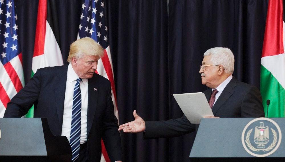 El presidente estadounidense, Donald Trump (i), y su homólogo palestino, Mahmud Abás (d), en el Palacio Presidencial en la localidad cisjordana de Belén (Palestina), durante la visita de Trump a Oriente Medio el pasado mes de mayo