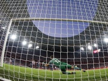 Jan Oblak detiene el penalti que le lanzó Aduriz durante el Athletic - Atlético de Madrid