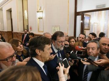 Rafael Hernando y Mariano Rajoy en el Congreso