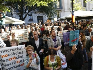 Numerosas personas comienzan a concentrarse ante la sede de la consellería de Economía de la Generalitat