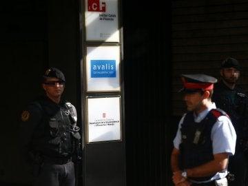 Agentes de la Guardia Civil y de los Mossos d'Esquadra en la puerta del Instituto Catalán de Finanzas