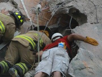Los equipos trabajan a contrarreloj buscando supervivientes entre los escombros