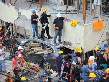 Voluntarios trabajan en las tareas de rescate tras el terremoto de México