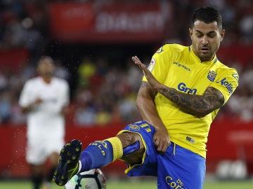 Vitolo pelea por un balón