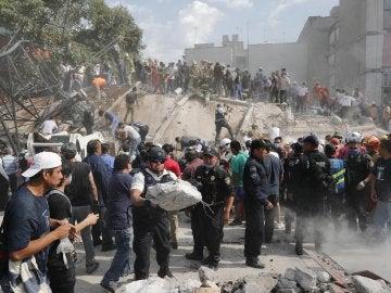 Ciudadanos y efectivos mexicanos colaboran en las tareas de rescate tras el terremoto