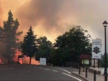 Medios aéreos y terrestres trabajan en la extinción de un incendio en Gran Canaria