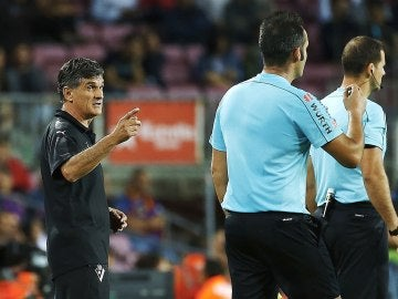 Mendilibar dialoga con el equipo arbitral durante el Barça - Eibar