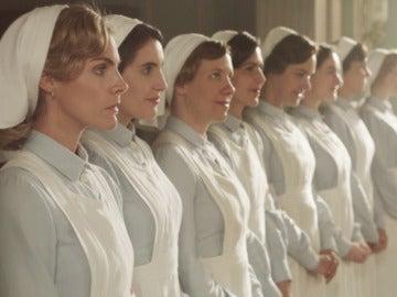 Carmen y las Damas Enfermeras convierten una escuela en un hospital para atender a los heridos de guerra