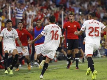 Jesús Navas celebra el gol con sus compañeros del Sevilla