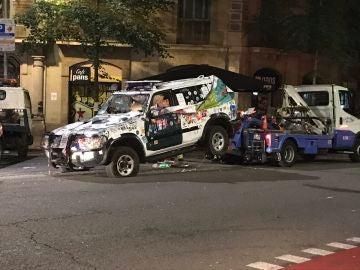 Una grúa retira los coches de la Guardia Civil