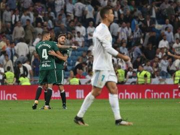 Los jugadores del Betis celebran el gol de Sanabria ante el Real Madrid