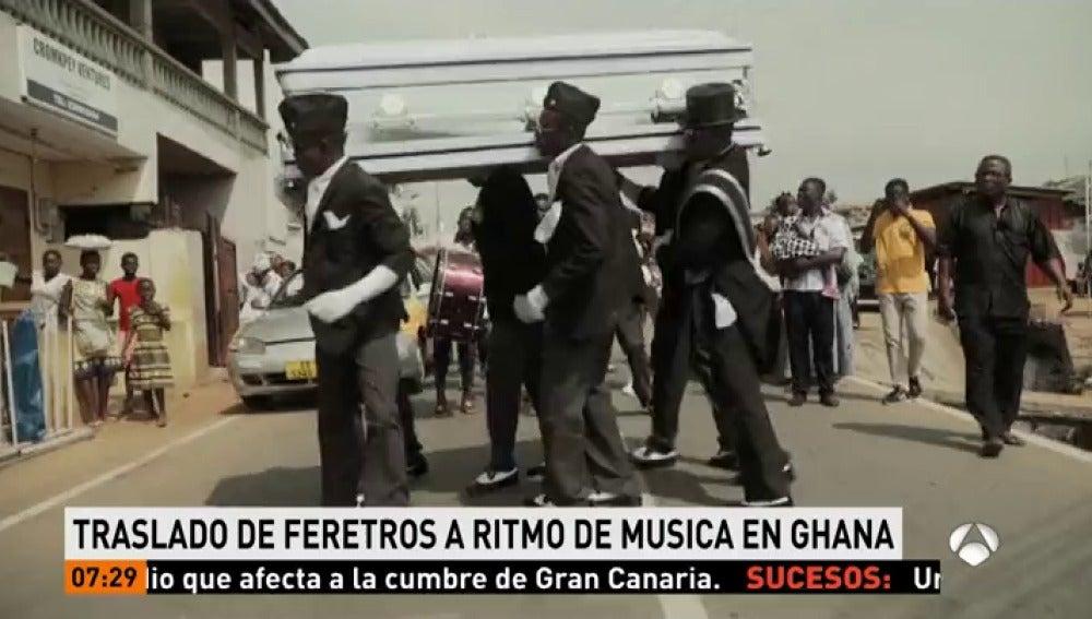 Resultado de imagen de Un conductor de coches fúnebres traslada los féretros al ritmo de la música