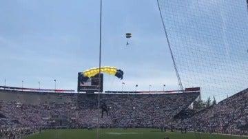 Captura del paracaidista antes de estrellarse