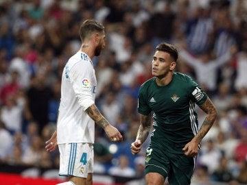 Sergio Ramos mientras el Betis celebra el gol