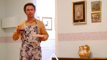 Álvaro e Iker entran en la cocina en la década de los 80