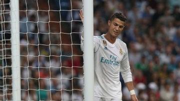 Cristiano Ronaldo golpea el palo de la portería durante el Real Madrid - Betis