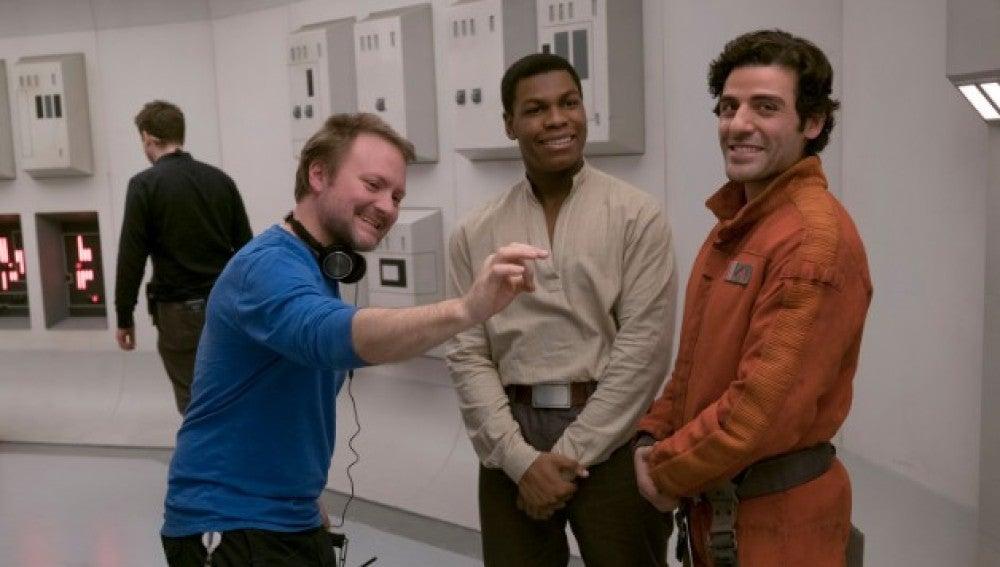 Rian Johnson, director de la película, junto a John Boyega y Oscar Isaac