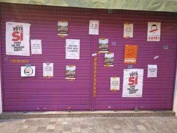 Los carteles en el cierre del comercio de los padres de Rivera