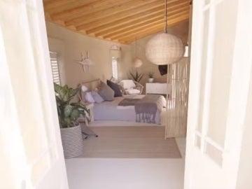 Interior de un dormitorio del hostal de arena