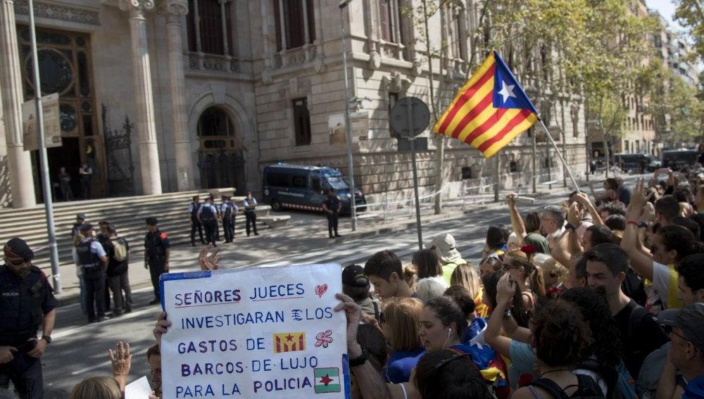Centenares de personas, convocadas por ANC y Òmnium, se concentran ante el Tribunal Superior de Justicia de Cataluña