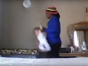 La niñera arrojando a la niña a la cuna