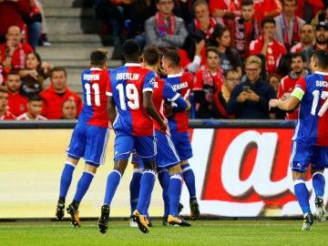 El Baselia celebra con una piña uno de los goles al Benfica