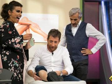 Mónica Cruz hace sufrir a Pablo Motos en 'El Hormiguero 3.0' depilándole las piernas con cera