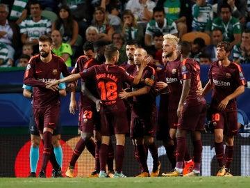 El Barça celebra el gol en propia puerta del Sporting