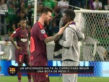 """Un aficionado del Sporting salta al campo para besar las botas de Messi... y el estadio estalla: """"¡Cristiano Ronaldo!"""""""